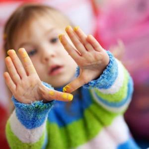 barnehagebarn med maling på hender