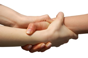 illustrasjonsfoto hender som holder tett rundt en annens hand